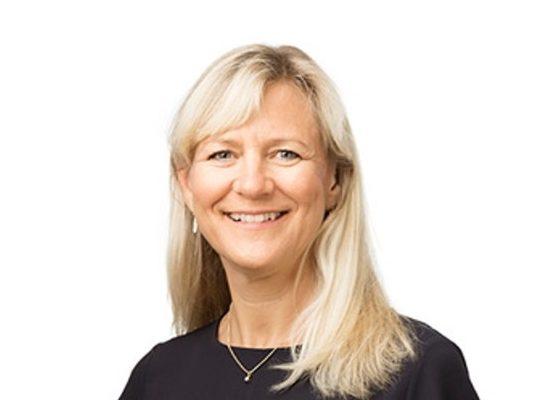 Porträtt av Eva Hyllstam som beskriver ledarskap ur ett svenskt perspektiv.